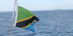 <strong>挂坦桑国旗的货船装载</strong>