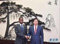 <strong>栗战书会见赞比亚总统伦古</strong>