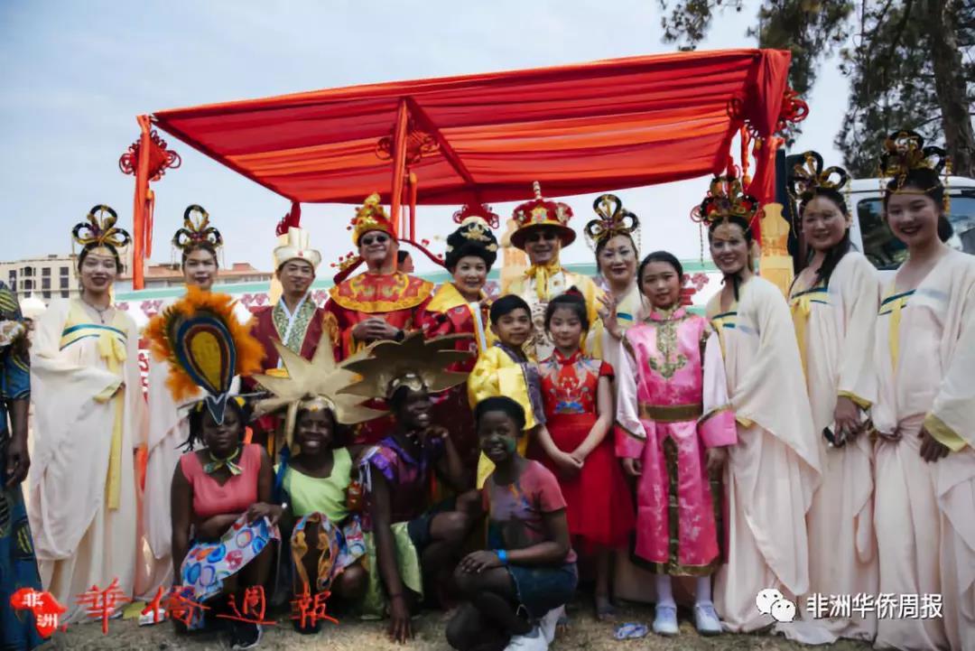 <strong>南非文化遗产日:中国红让彩虹国更绚烂</strong>