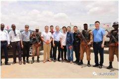 驻安哥拉大使崔爱民慰问安防组织春节值守人员