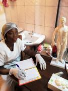 贝宁中医诊室里的非洲徒弟